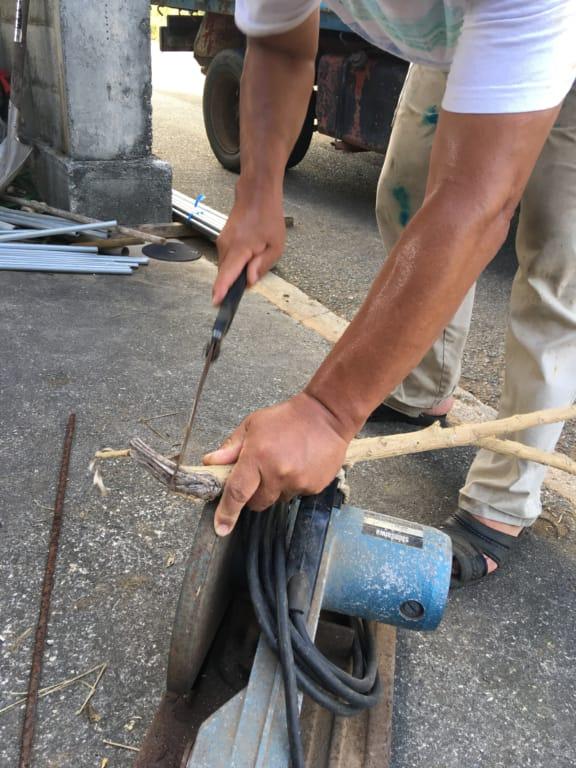 トーマスプリントのため木を切る