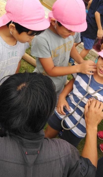 聴診器を試す子どもたち