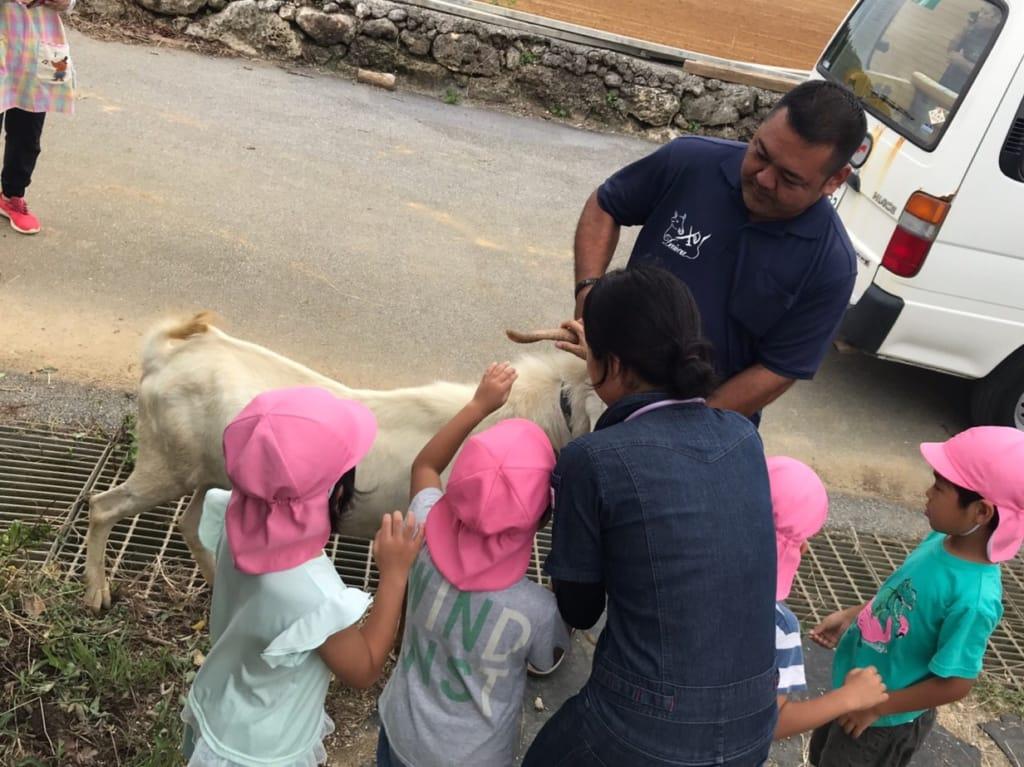 雄山羊と子どもたち